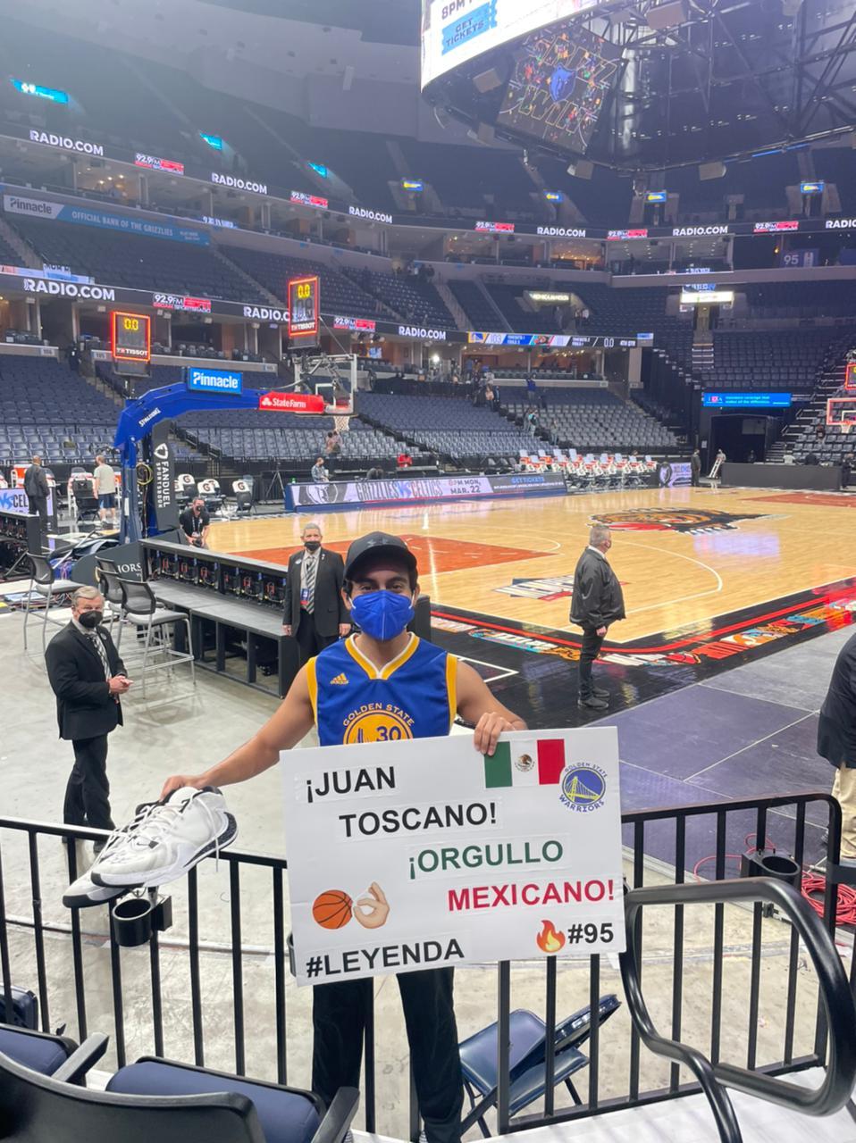 Oscar Guillén con el cartel y los tenis de Juan Toscano