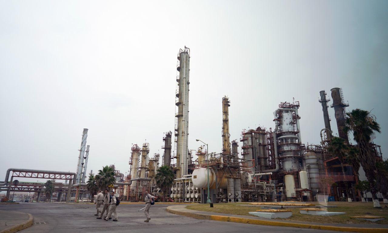 Presenta AMLO reforma a la Ley de Hidrocarburos; podrían suspender permisos a empresas privadas