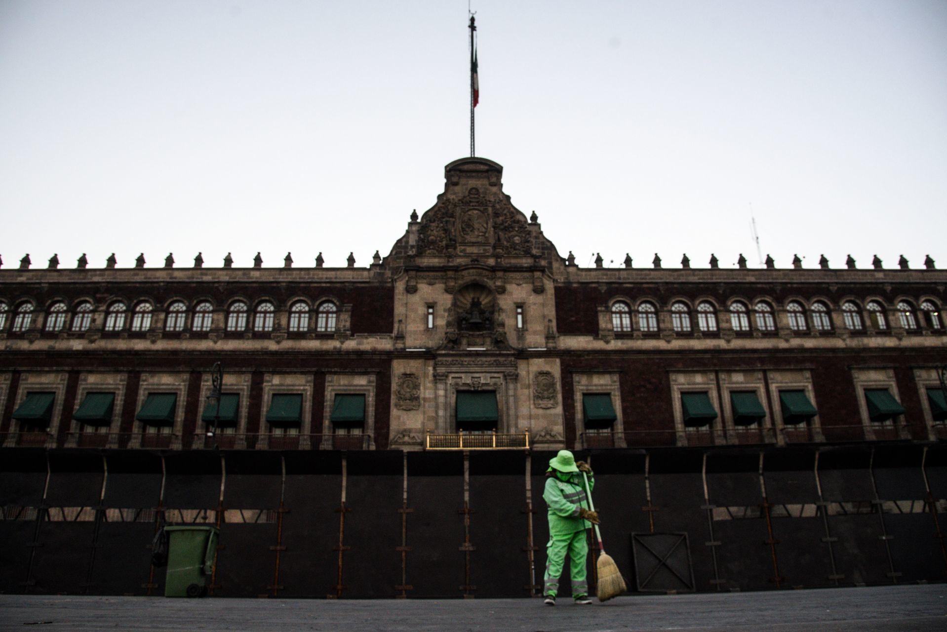Sánchez Cordero y AMLO defienden vallas en Palacio Nacional
