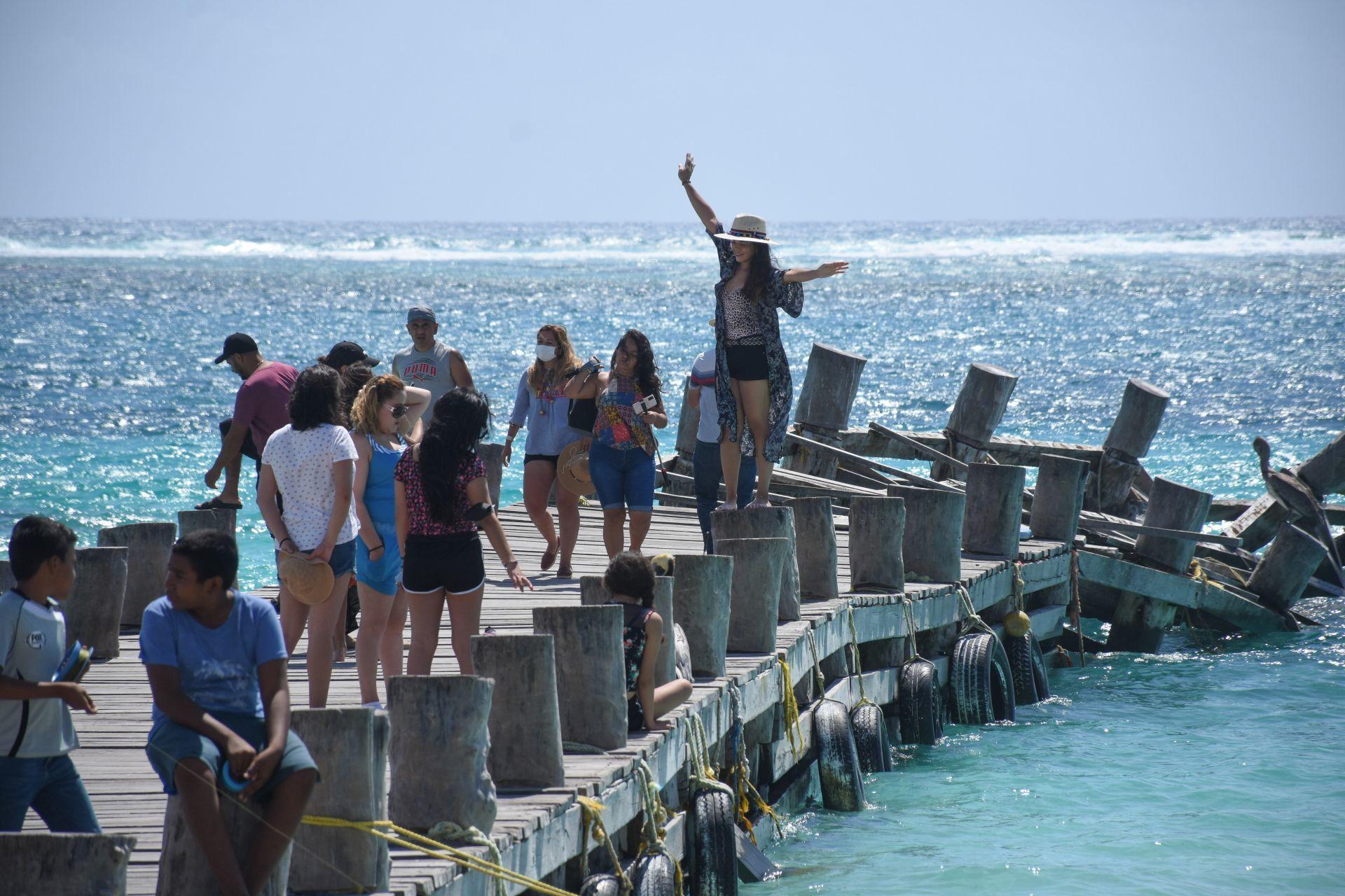 ¿Y el Covid? Turistas llenan varias playas de México durante el puente