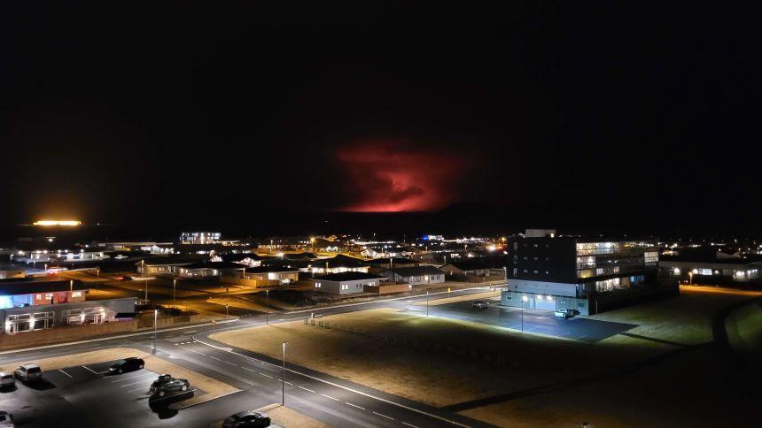 El día en que la noche se volvió roja en Islandia tras la erupción del volcán Krýsuvík