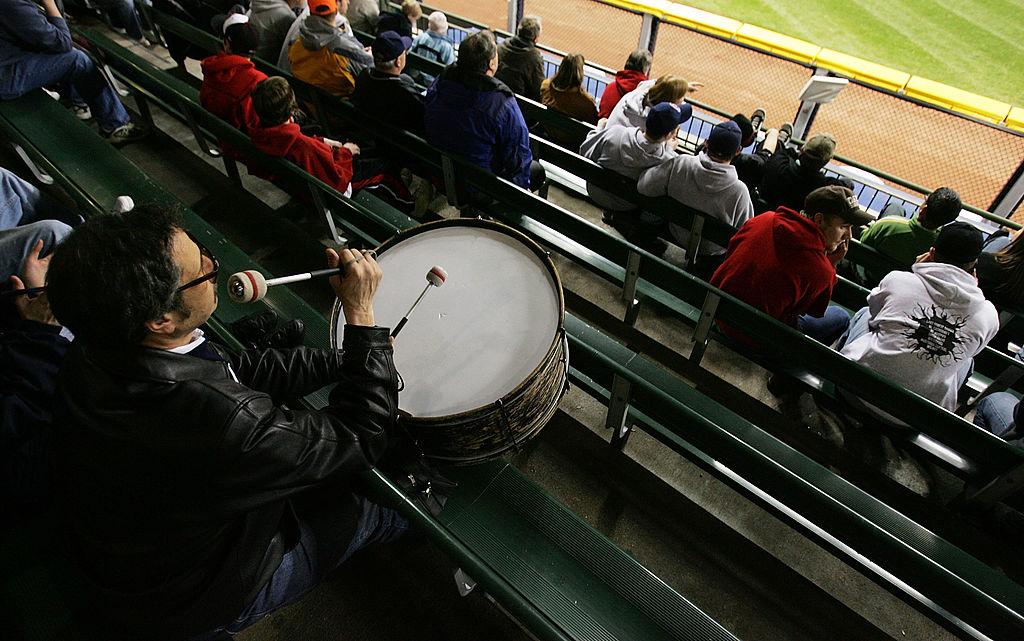 John Adams con el bombo en el estadio de los Indians