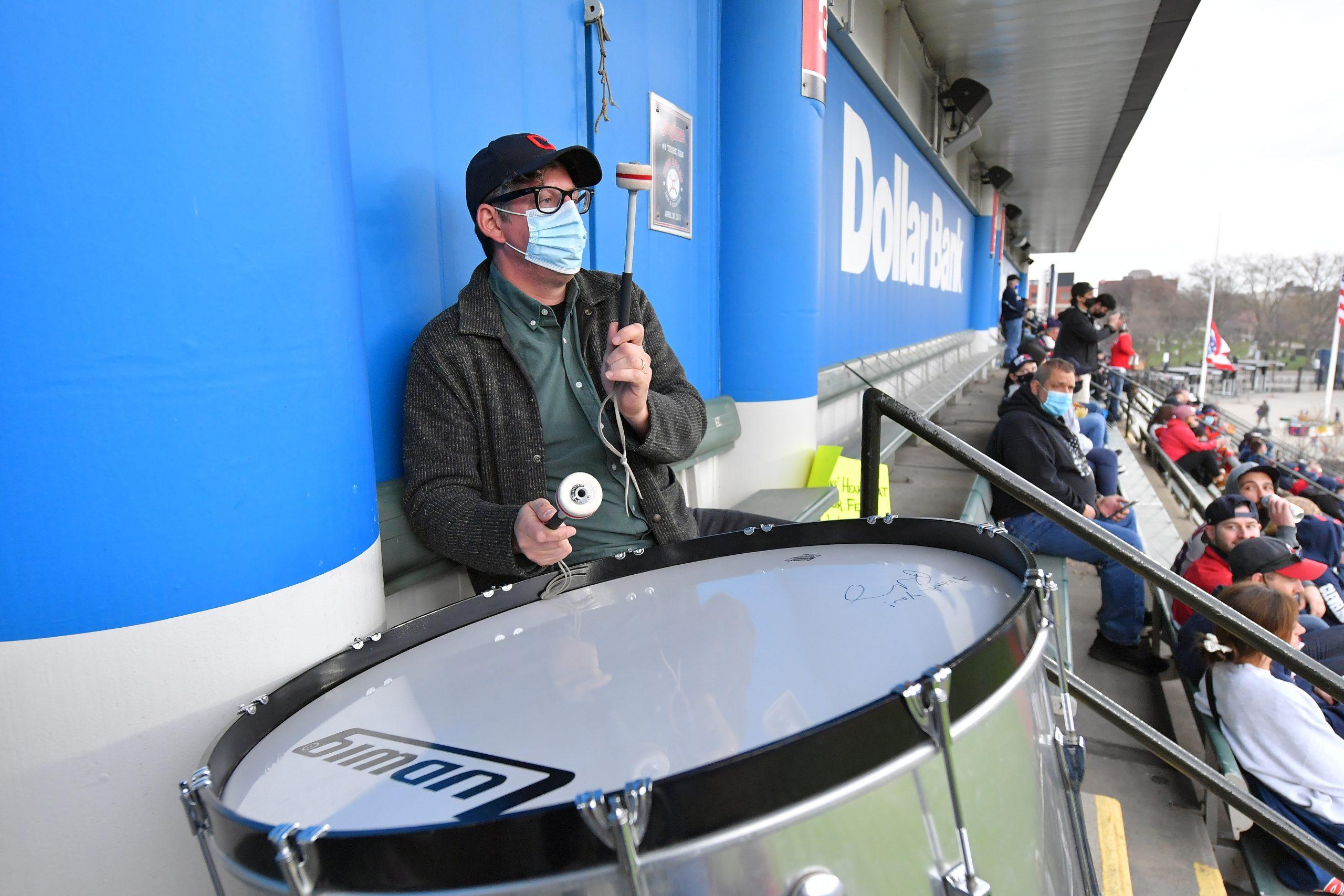 Patrick Carney debutó con el bombo en el Estadio de los Indians