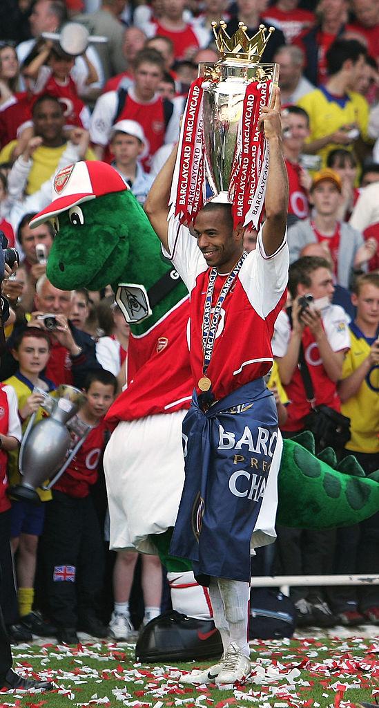 Thierry Henry con el trofeo de la Premier League con el Arsenal