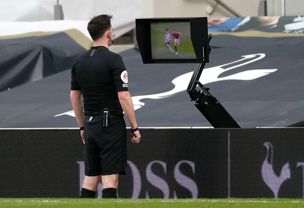 Árbitro revisa el VAR en el Tottenham vs Manchester United