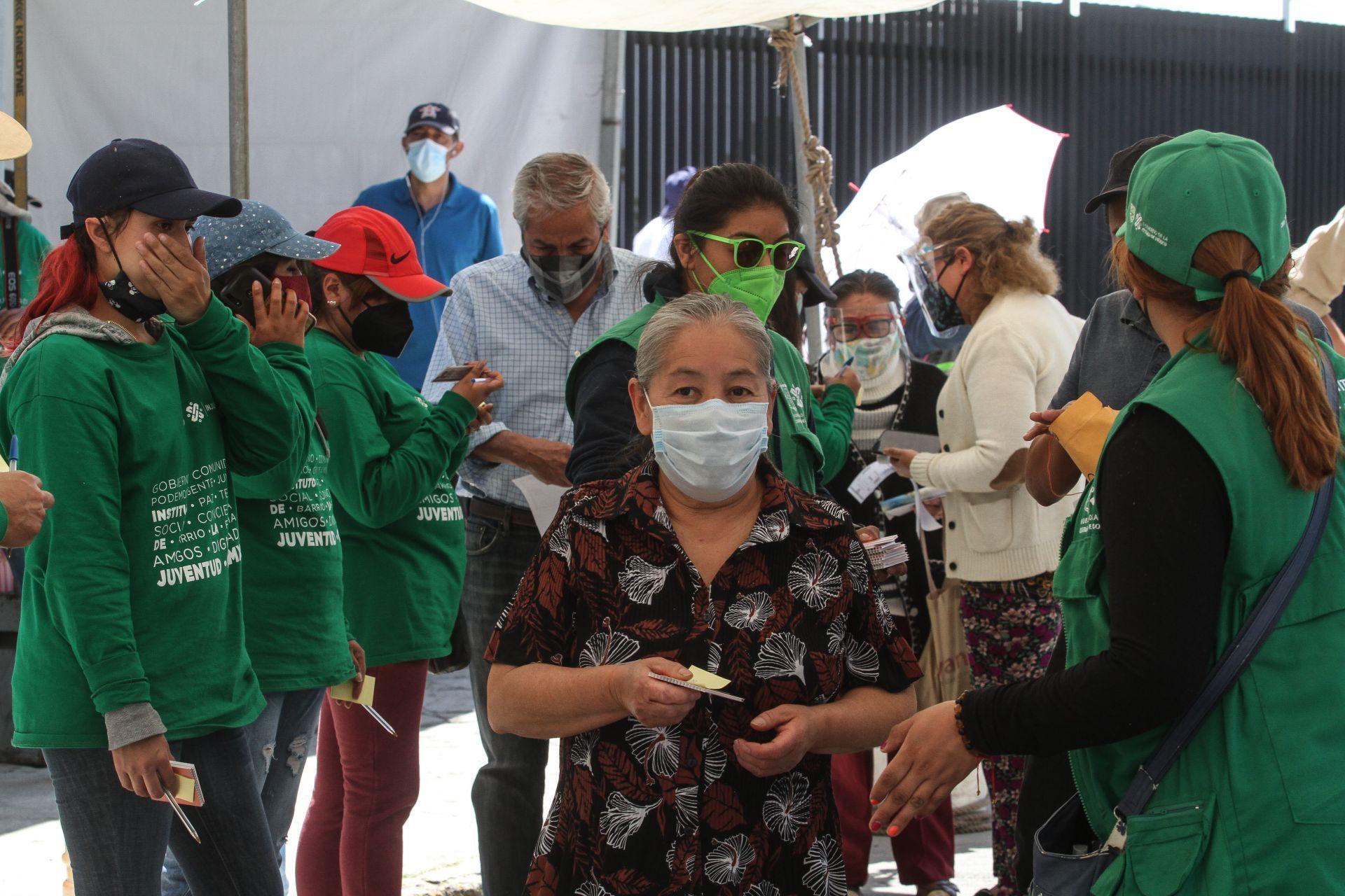 Adulta mayor entrega nota de auxilio al ser vacunada en CDMX; sufría maltrato en casa