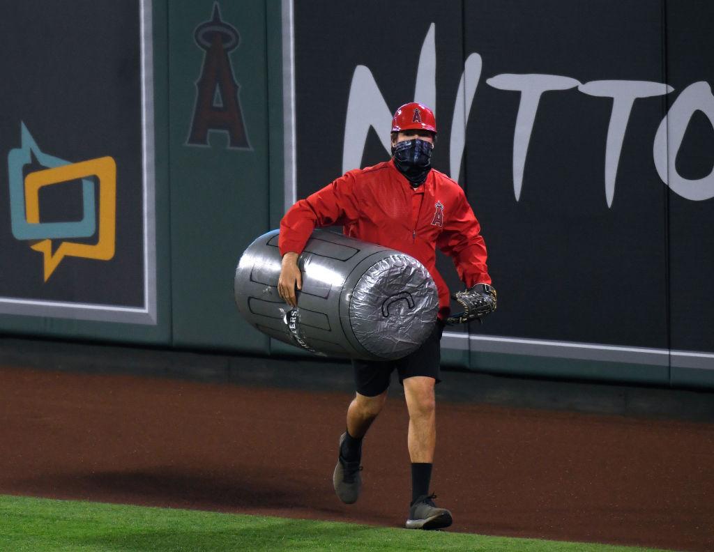 ¡No los quieren! Fans de los Angels lanzaron botes de basura a los Houston Astros