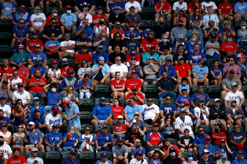 En imágenes: Los Texas Rangers se presentaron en un Globe Life Field lleno y sin distanciamiento social