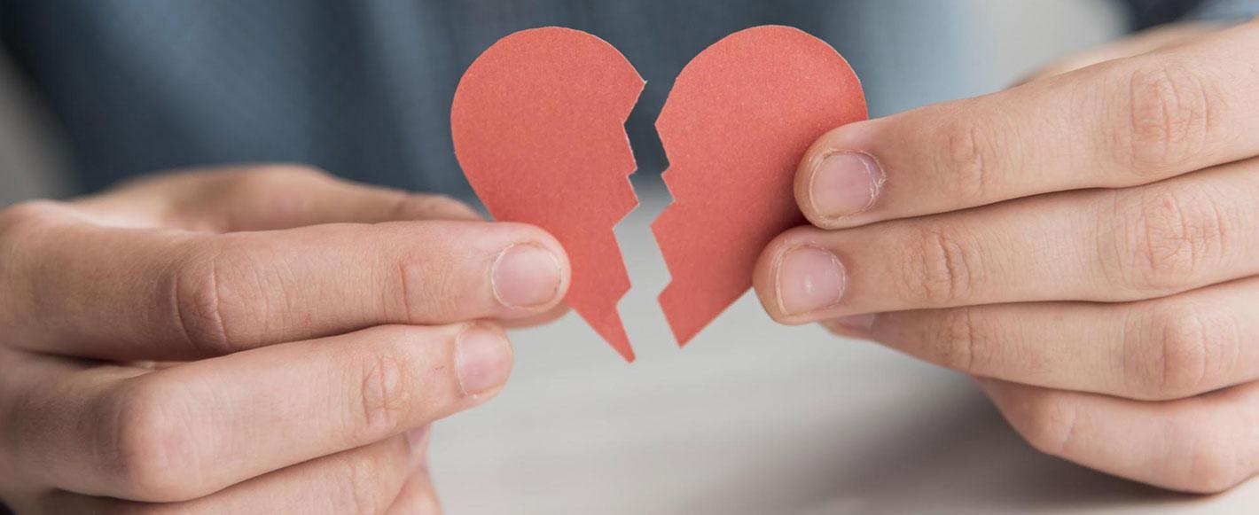 manos-sosteniendo-corazón-de-papel