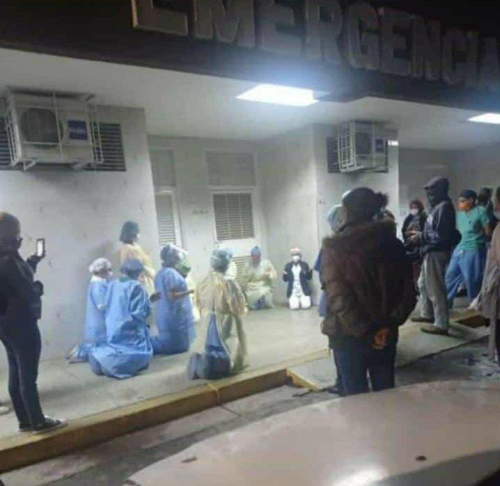 Médicos rezan por pacientes de un hospital saturado por Covid-19