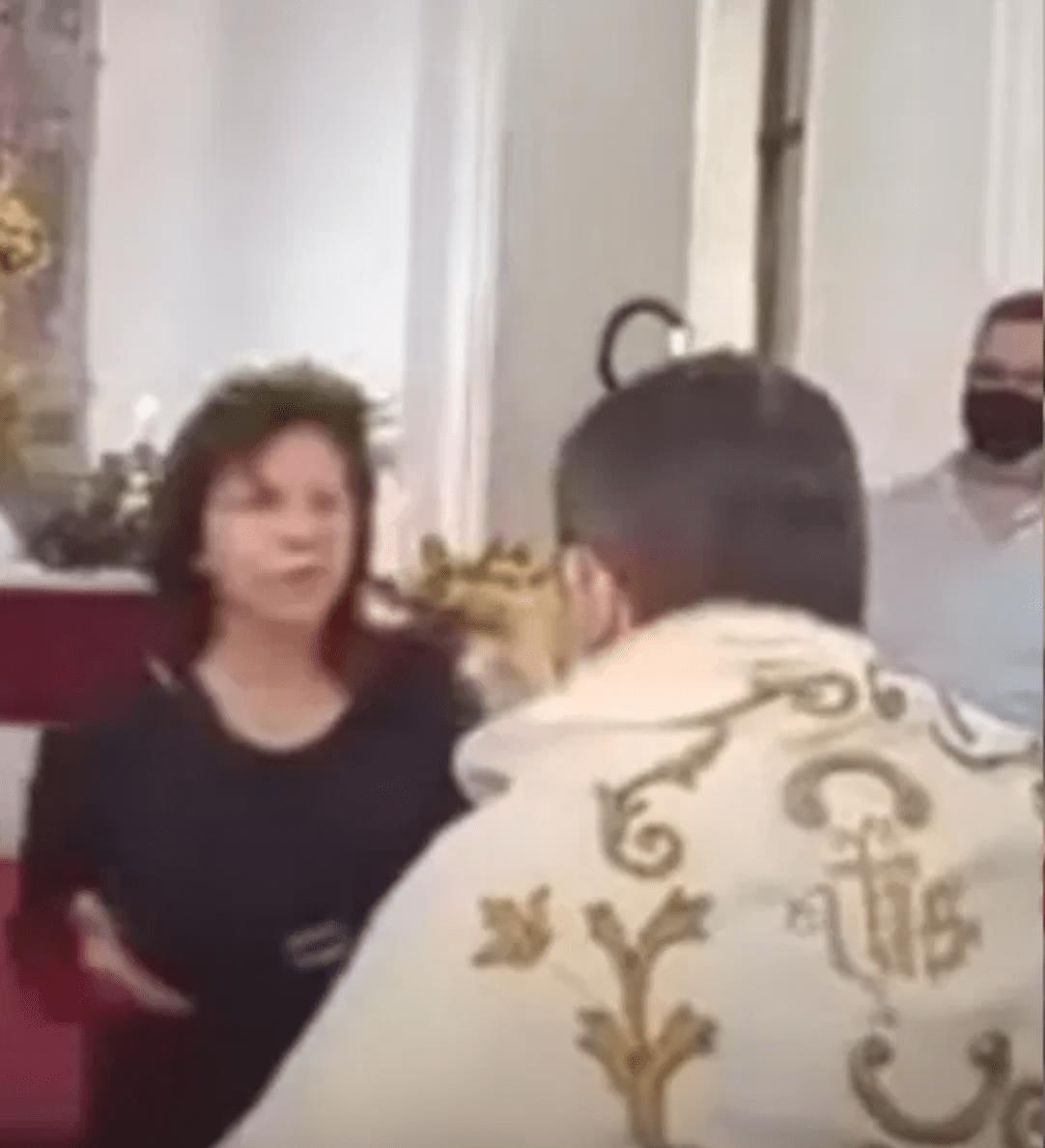 Tómala: Mujer cachetea a sacerdote durante misa de jueves santo