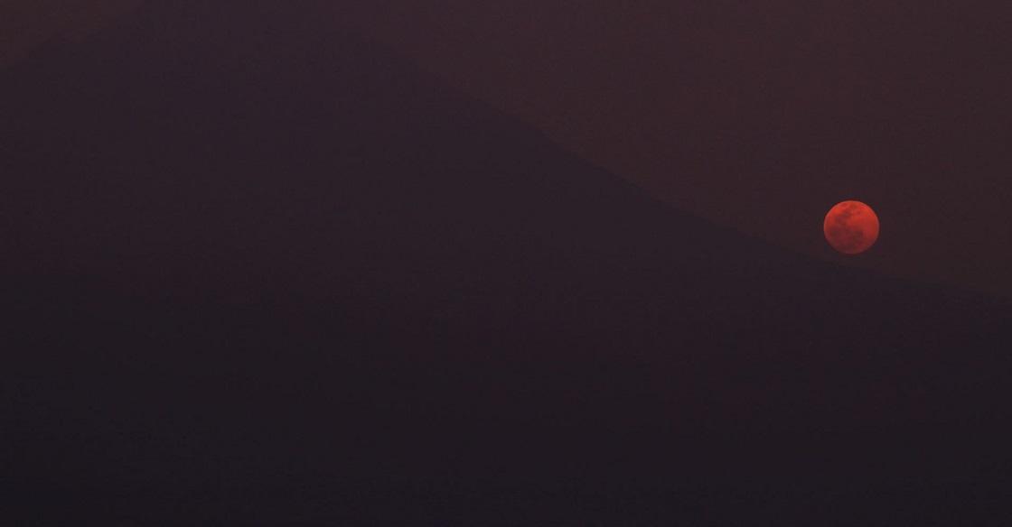 JUCHITEPEC, ESTADO DE MÉXICO, 26ABRIL2021.- Puntual la luna llena de abril emerge detrás de la cuesta sur del volcán Popocatépetl. Es la primera de dos super lunas del 2021; la segunda ocurrirá el 26 de mayo. La luna rosa será la segunda luna llena más cercana a la tierra ya que se encuentra a una distancia de 357,615 kilómetros de nuestro planeta. La imagen tomada desde la cima del volcán extinto Huipilo a 2830 metros sobre el nivel del mar.