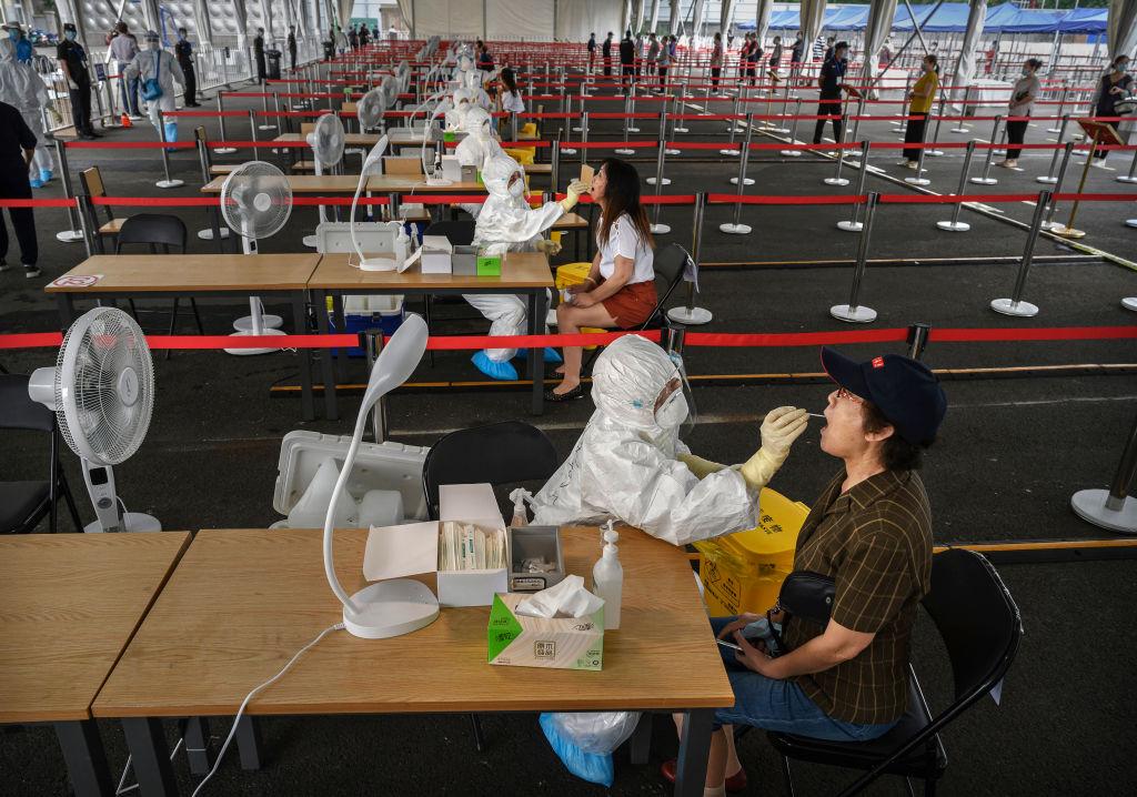 """Vuelve el confinamiento a China: """"Cierran"""" barrio de Guangzhou por brote de COVID-19"""