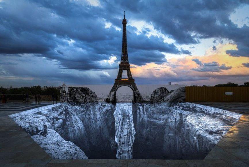 El artista J.R., lleva la Torre Eiffel en la cima de un risco