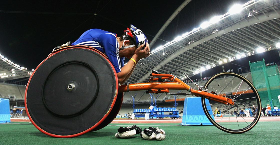 Atleta paralímpico lamentando su derrota