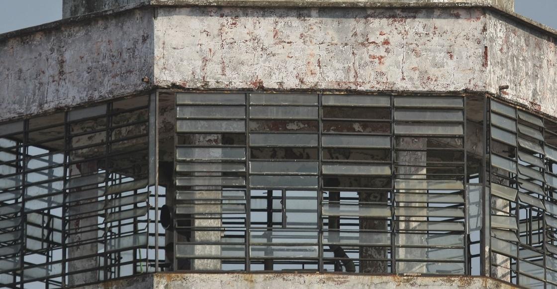 VILLAHERMOSA, TABASCO, 15ABRIL2017.- Aproximadamente 65 custodios del CRESET se manifiestan en las afueras del edificio denunciando trafico de influencias del director Julio Jose Gomez Muñoz. Indican que al interior de este centro penitenciario todo esta en ruinas, una muestra son las torres de vigilancias ya inoperantes.