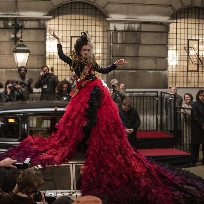 Uno de los looks más icónicos de 'Cruella': falda roja.