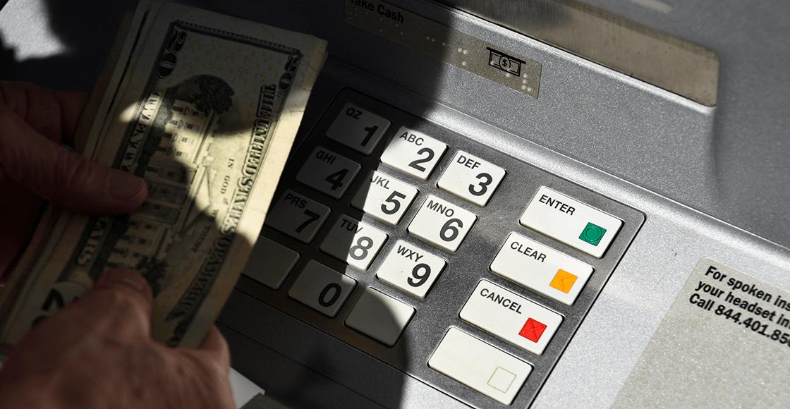 Mujer recibe por error mil millones de dólares en su cuenta bancaria
