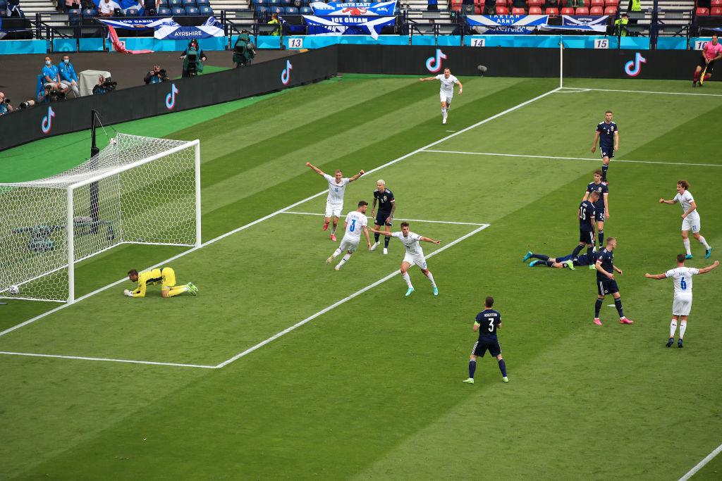 Patrick Schick gol de cabeza vs Escocia