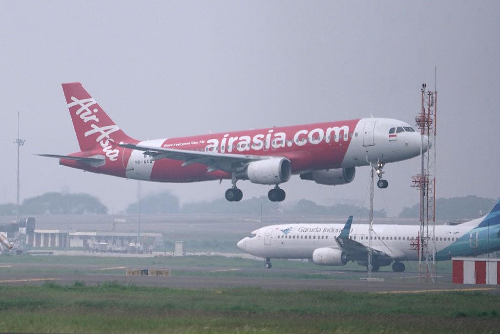 Arrestan al pasajero de un avión por intentar forzar la cabina en pleno vuelo