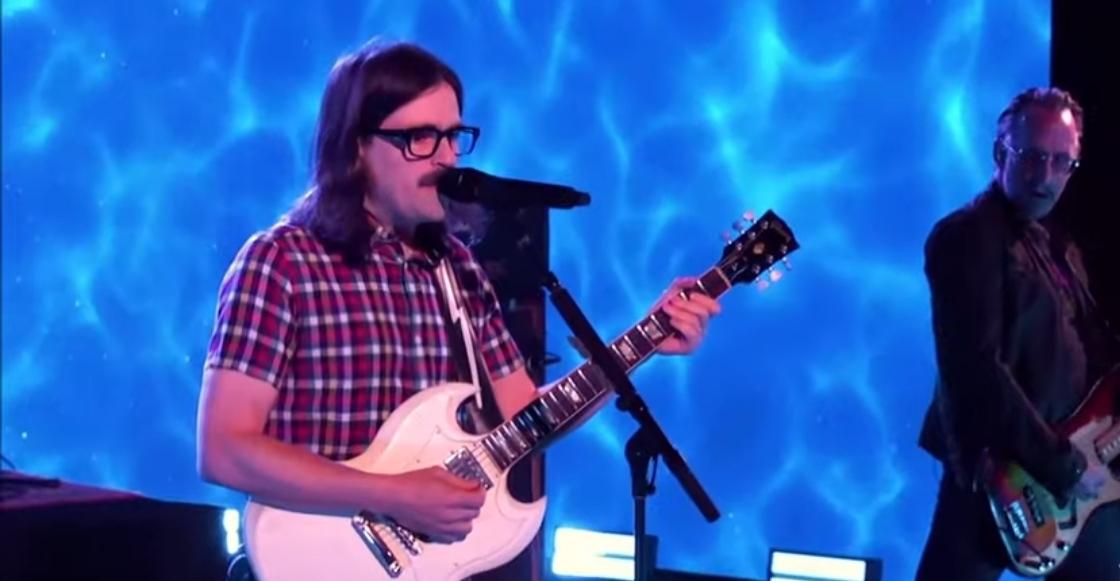 """Weezer se lanza contra un conocido sitio web musical en su nueva rola """"Tell Me What You Want"""""""