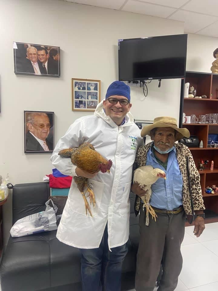 Conmovedor: Abuelito paga su cirugía de próstata con dos gallinas