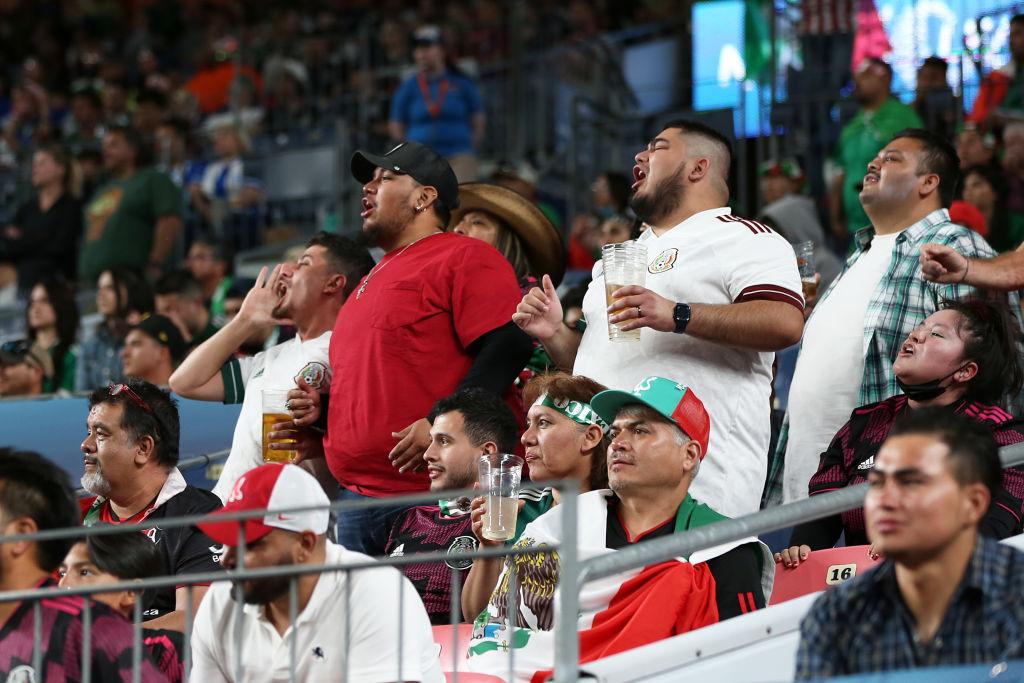 Afición mexicana en los estadios