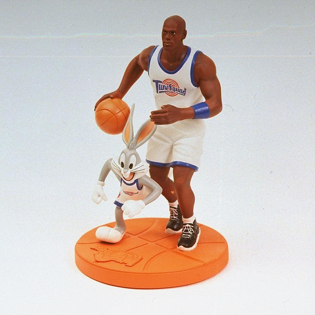 Figura de Michael Jordan junto a Bugs Bunny de la película Space Jam