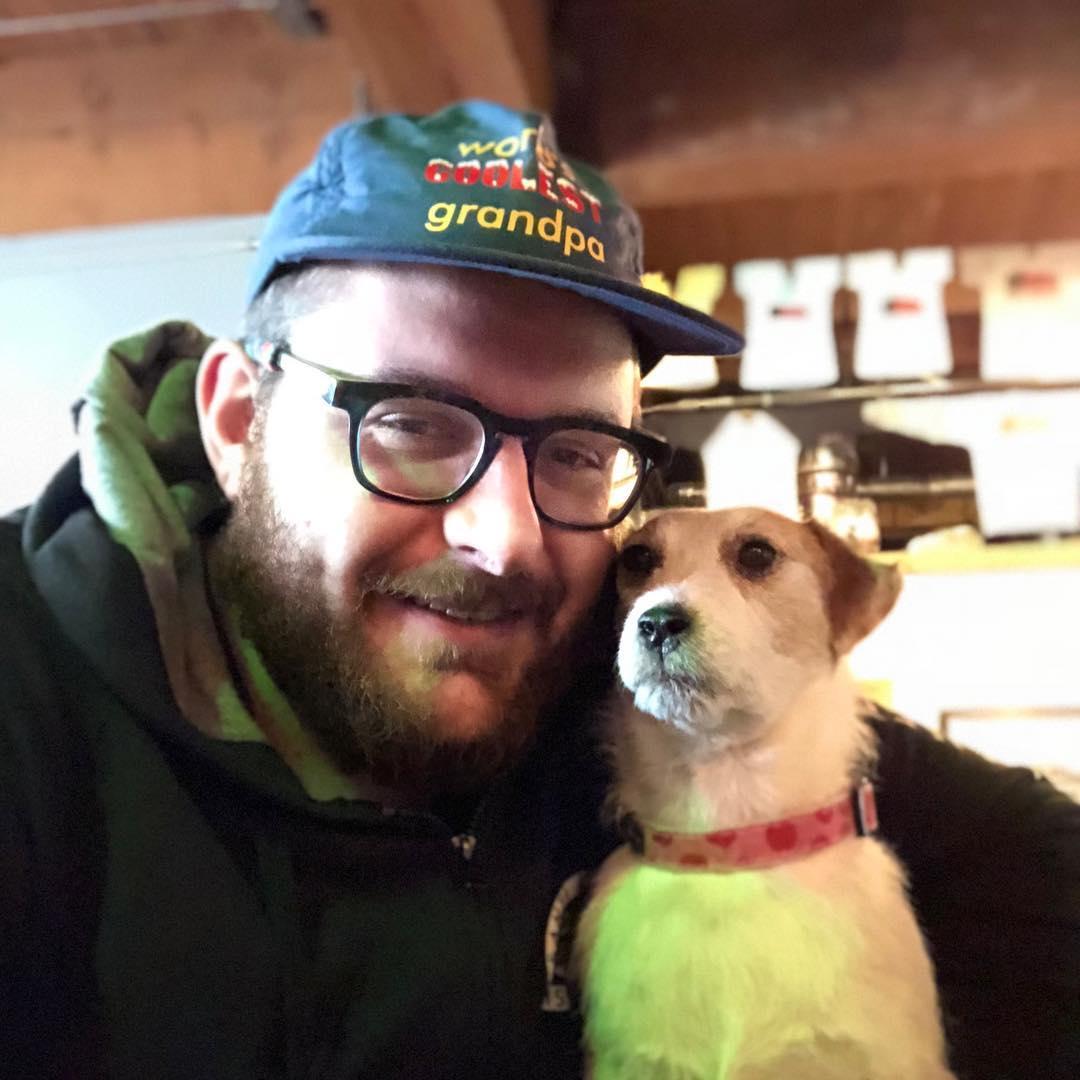 ¡¿What?! Este hombre se hizo viral por viajar con su perrita... disecada