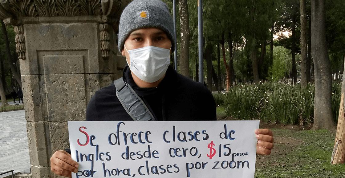 Joven se queda sin trabajo y ofrece clases en línea por las calles de la CDMX