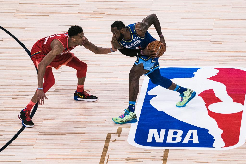 LeBron James con los zapatos de Space Jam: A New Legacy
