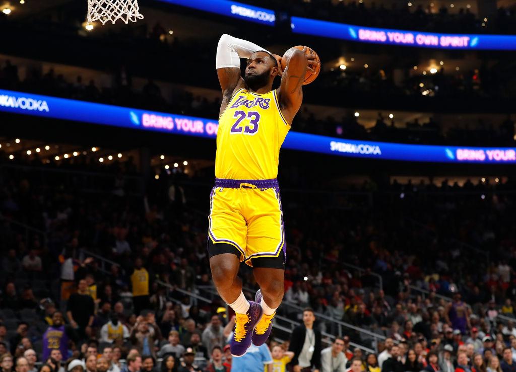 LeBron James en una clavada con los Lakers de Los Angeles