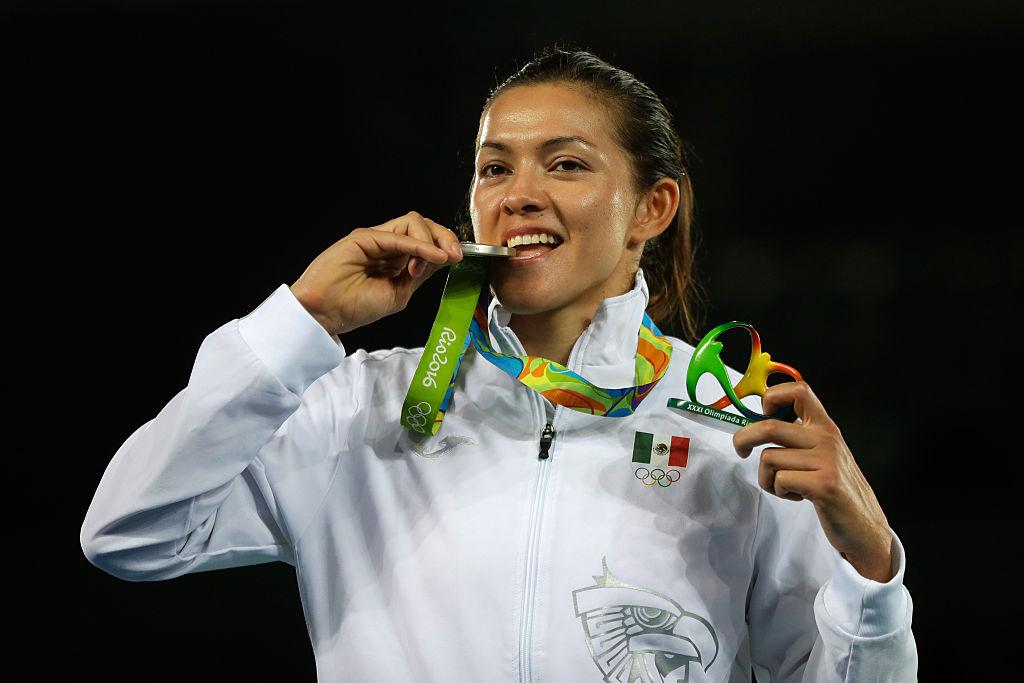 María del Rosario Espinoza con su medalla olímpica