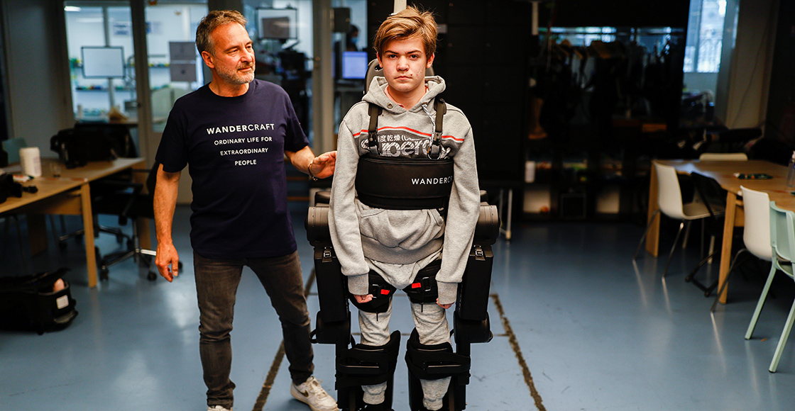 Amor nivel: Padre crea un exoesqueleto para que su hijo pueda caminar