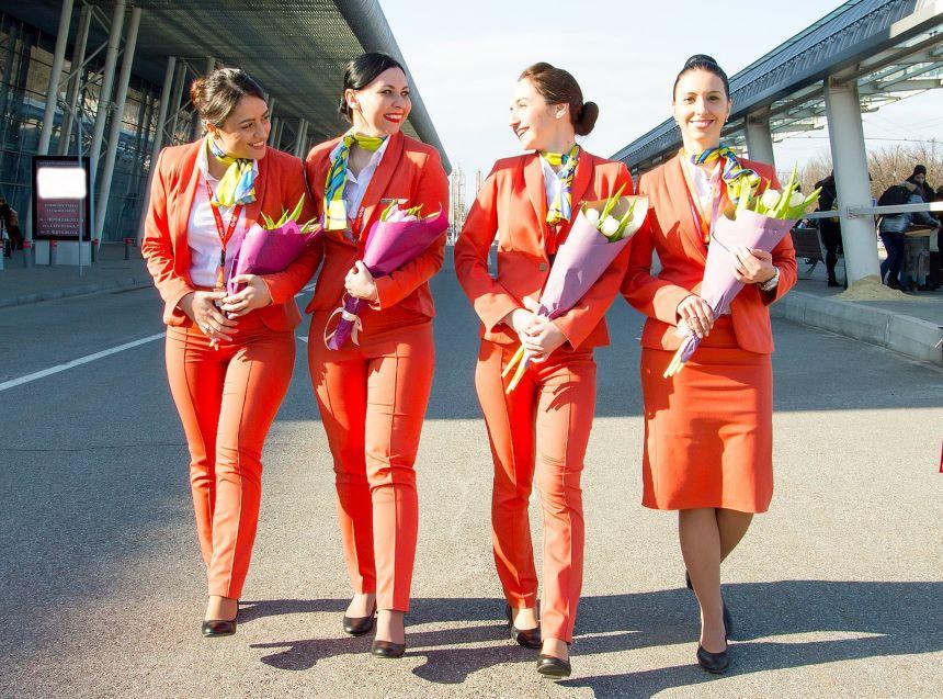 ¡Adiós faldas y tacones! Esta aerolínea ucraniana impulsa la igualad entre su tripulación