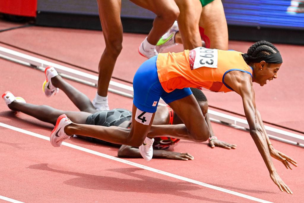 La imagen del día Tenemos que hablar de Sifan Hassan, atleta neerlandesa que dio una lección de vida en la serie eliminatoria de los mil 500 metros femeniles. Hassan tropezó durante la competencia, por lo que en teoría estaba eliminada, sin embargo, no sólo se recuperó y volvió a la competencia, sino que la ganó y se metió en las semifinales, que se disputan el miércoles 4 de agosto. Por si fuera poco, horas después Hassan compitió en la final de los cinco mil metros.