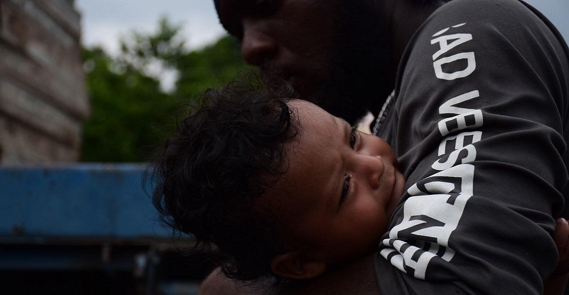 ESCUINCLA, CHIAPAS, 29AGOSTO2021.- La caravana de migrantes formada principalmente de haitianos que partió hace unos días de Tapachula llegó por la tarde al municipio de Escuintla. Este grupo de caminantes a logrado recorrer 73.9 kilómetros a pie y otros se han intentado a subir a los camiones de carga. En el grupo también vienen migrantes cubanos, hondureños, salvadoreños, y nicaragüenses. Los habitantes locales les han proveído de alimentos.