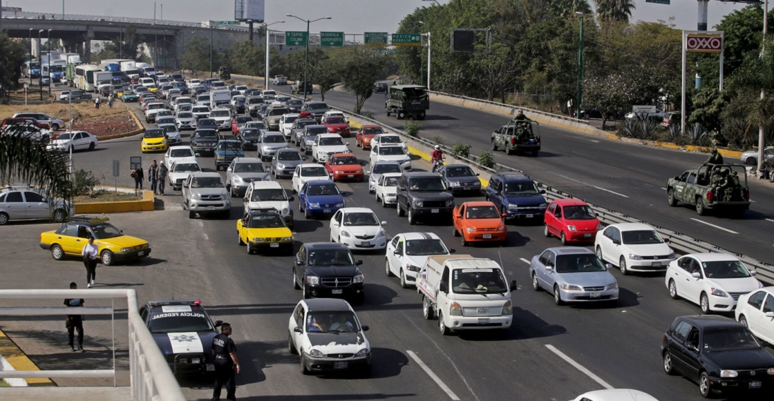 GUADALAJARA, JALISCO. 03ENERO2017.- Transportistas de transporte foráneo privado, realizaron cierres en la salida de la autopista Guadalajara-Zapotlanejo, después una marcha lenta hasta la caseta de cobro de la Joya lo que ocasiono caos vial por toda la autopista, esto en repudio al presidente de la republica, Enrique Peña Nieto por el alza de los combustibles en México.