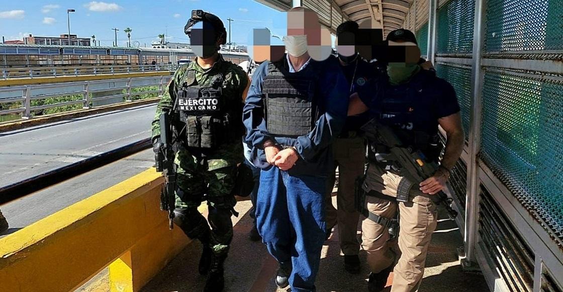 """MATAMOROS, TAMAULIPAS, 23AGOSTO2021.- A las 17:15 horas de hoy, en el Puente Internacional Brownsville-Matamoros, la Fiscalía General de la República (FGR), y el Ejército Mexicano recibieron a Eduardo """"A"""", para el cumplimiento de una orden de aprehensión en su contra, otorgada por un Juez Federal, por su probable responsabilidad en los delitos de delincuencia organizada, contra la salud y asociación delictuosa. Eduardo """"A"""", fue detenido en 2008 en Tijuana, Baja California, para ser posteriormente extraditado a los Estados Unidos de América en 2012, por numerosas acusaciones de diversos delitos, respecto a lo cual las autoridades de ese país ofrecían una recompensa de cinco millones de dólares. Eduardo """"A"""", fue condenado a 15 años de cárcel y, en razón de su cooperación con las autoridades de ese país, fue condenado sólo por dos de los siete cargos por los que fue acusado en su extradición. Después de cumplir esa parte de condena en una prisión federal de baja seguridad en Allentown, Pensilvania, las autoridades migratorias de los Estados Unidos de América (Servicio de Control de Inmigración y Aduanas), lo pusieron a disposición de las autoridades mexicanas. La Fiscalía Especializada en materia de Delincuencia Organizada (FEMDO), que gestionó y obtuvo la orden de aprehensión correspondiente, cumplimentó la misma y procederá a ponerlo a disposición del Juez en el Centro Federal de Readaptación Social Número 1 """"El Altiplano"""", en el Estado de México."""