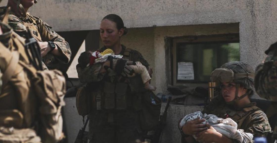 Nicole Gee: La foto viral de una soldado de EU que rescató a una niña afgana y murió en el atentado de Kabul