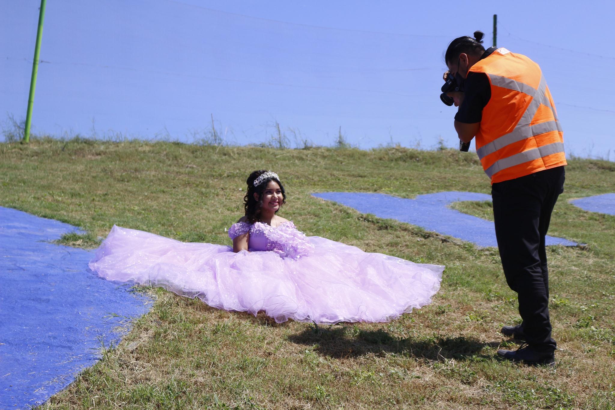 Con orgullo: Quinceañera realiza sesión de fotos en basurero donde trabaja su papá