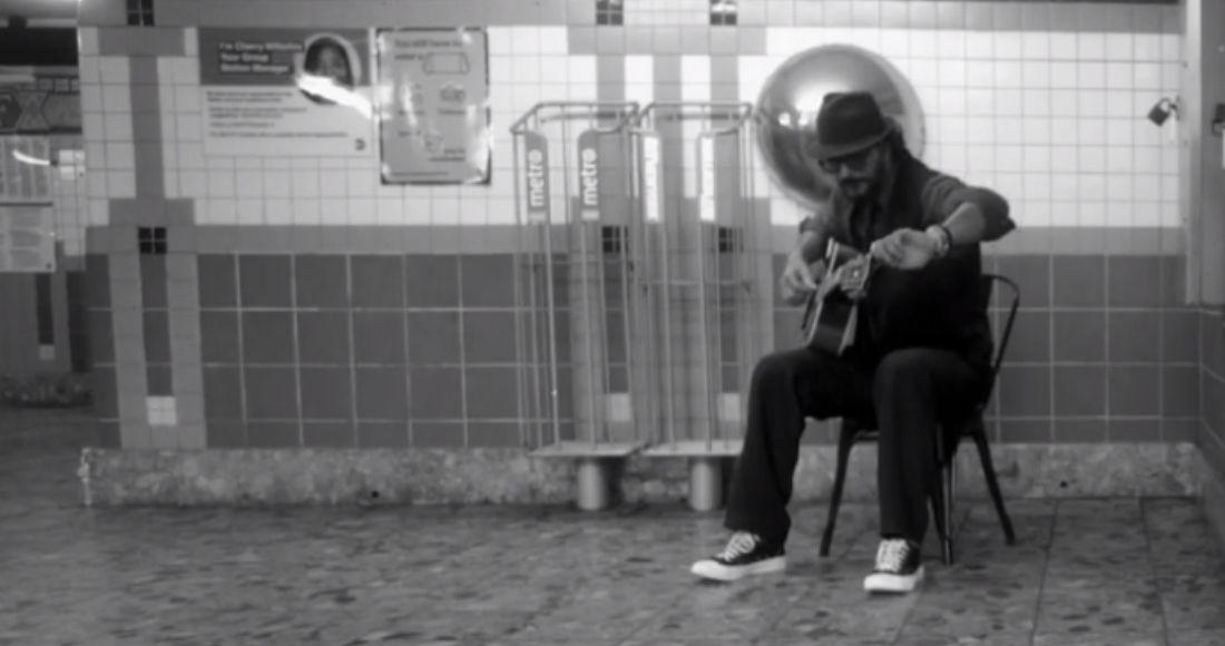 F nivel: Ricardo Arjona va a tocar al metro de Nueva York y es ignorado