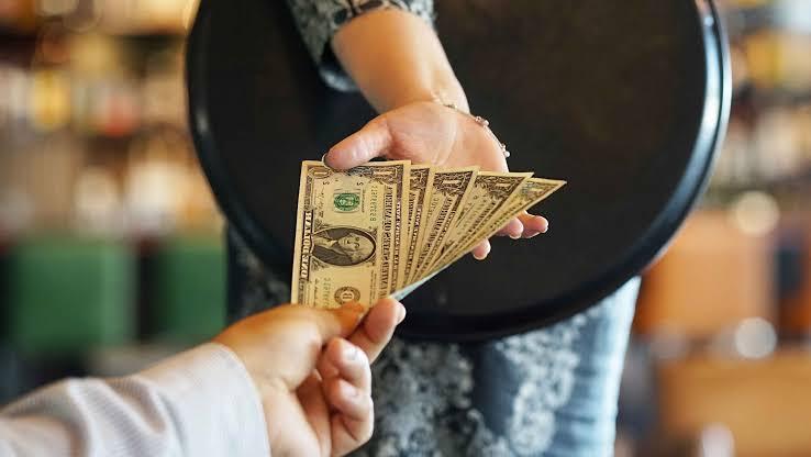 Ouch! Le deja a mesera mil dólares de propina y una propuesta indecorosa