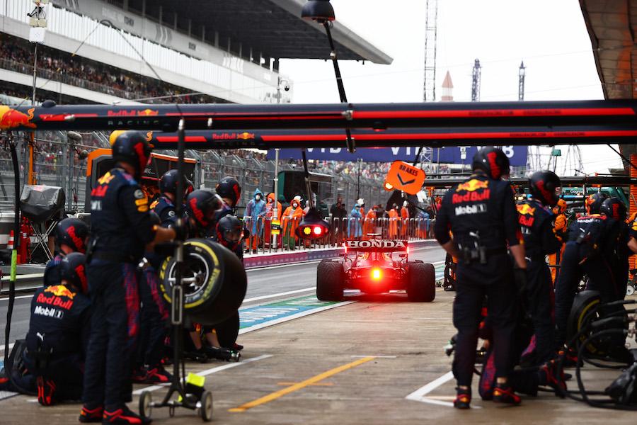 El osote de Lando Norris chamaqueado por Hamilton y el polémico sacrificio de Red Bull con Checo Pérez en el GP de Rusia