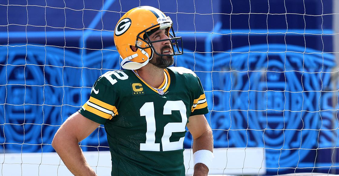 Aaron Rodgers y el golpe bajo que causó una intercepción ante Saints en el inicio de NFL
