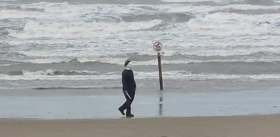 Como cuando te disfrazas de Michael Myers en una playa y terminas arrestado