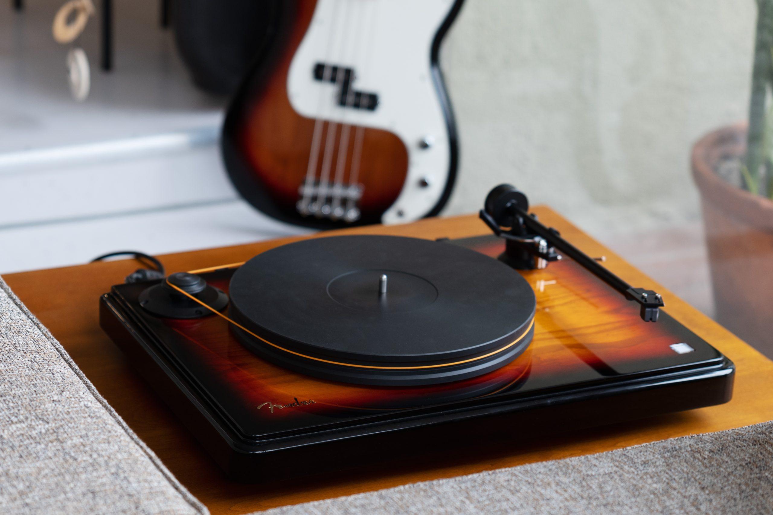 Fender se rifa lanzando su primer tocadiscos de edición limitada