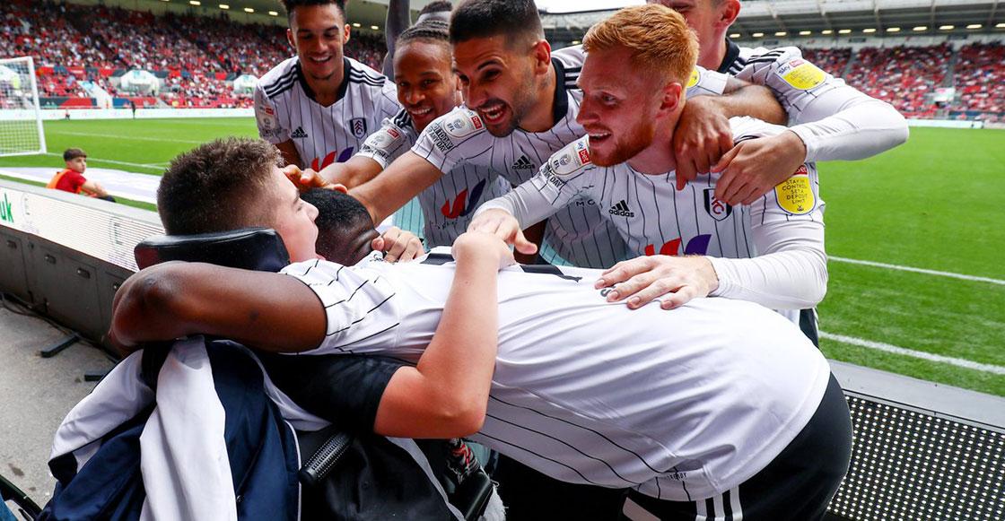 ¡La imagen del día! Jugadores del Fulham festejaron un gol con Rhys, el aficionado víctima de bullyng en redes