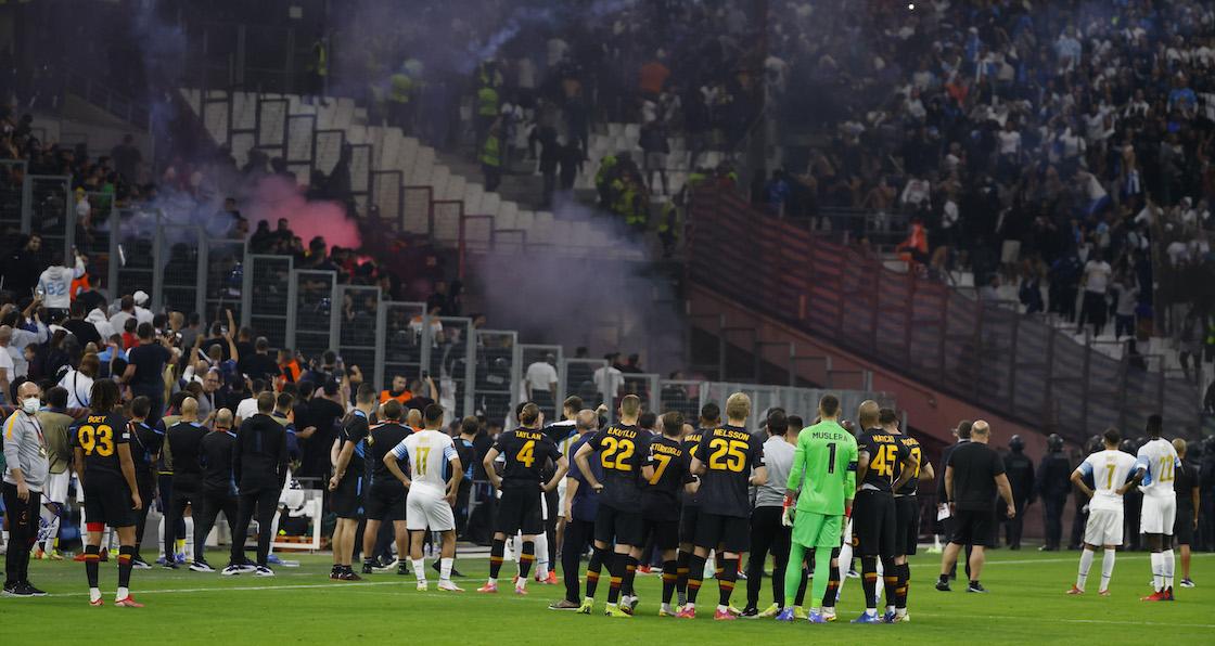 Suspenden el Marsella vs Galatasaray tras ataques de aficionados con pirotecnia en la Europa League