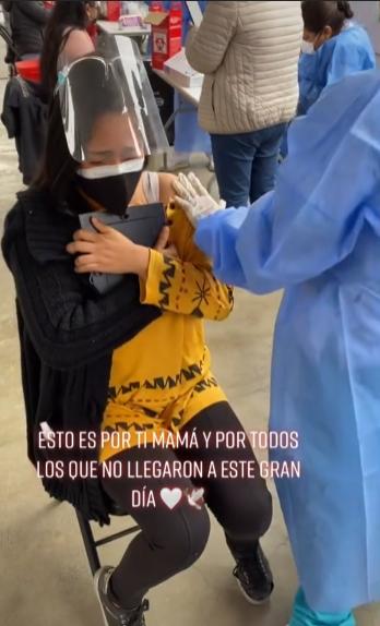 Joven llora al vacunarse mientras abraza la foto de su mamá, quien murió por COVID-19